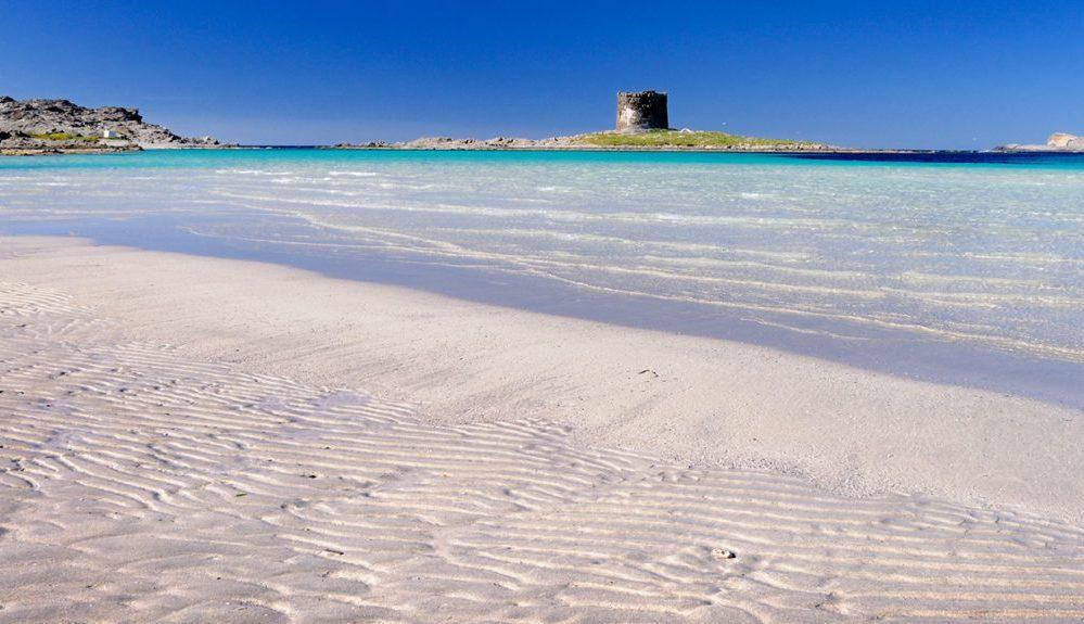 Vista della torre aragonese dalla spiaggia de la Pelosa a Stintino