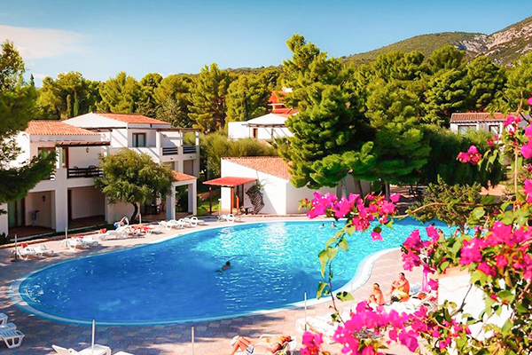 Swimming pool with rooms of the Club Esse Palmasera