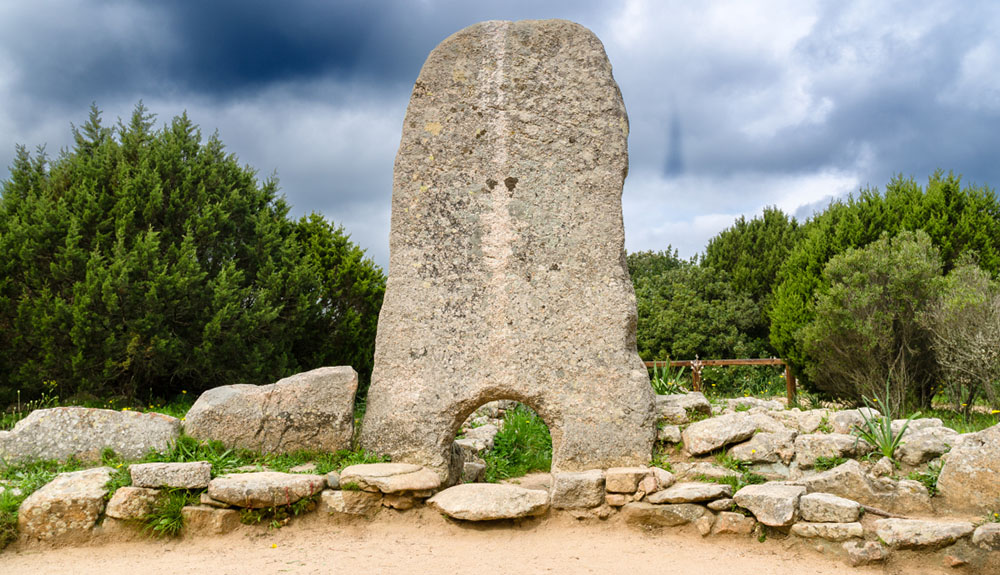 Holidays in Sardinia: excursion to Li Mizzani tomb of giants in Palau